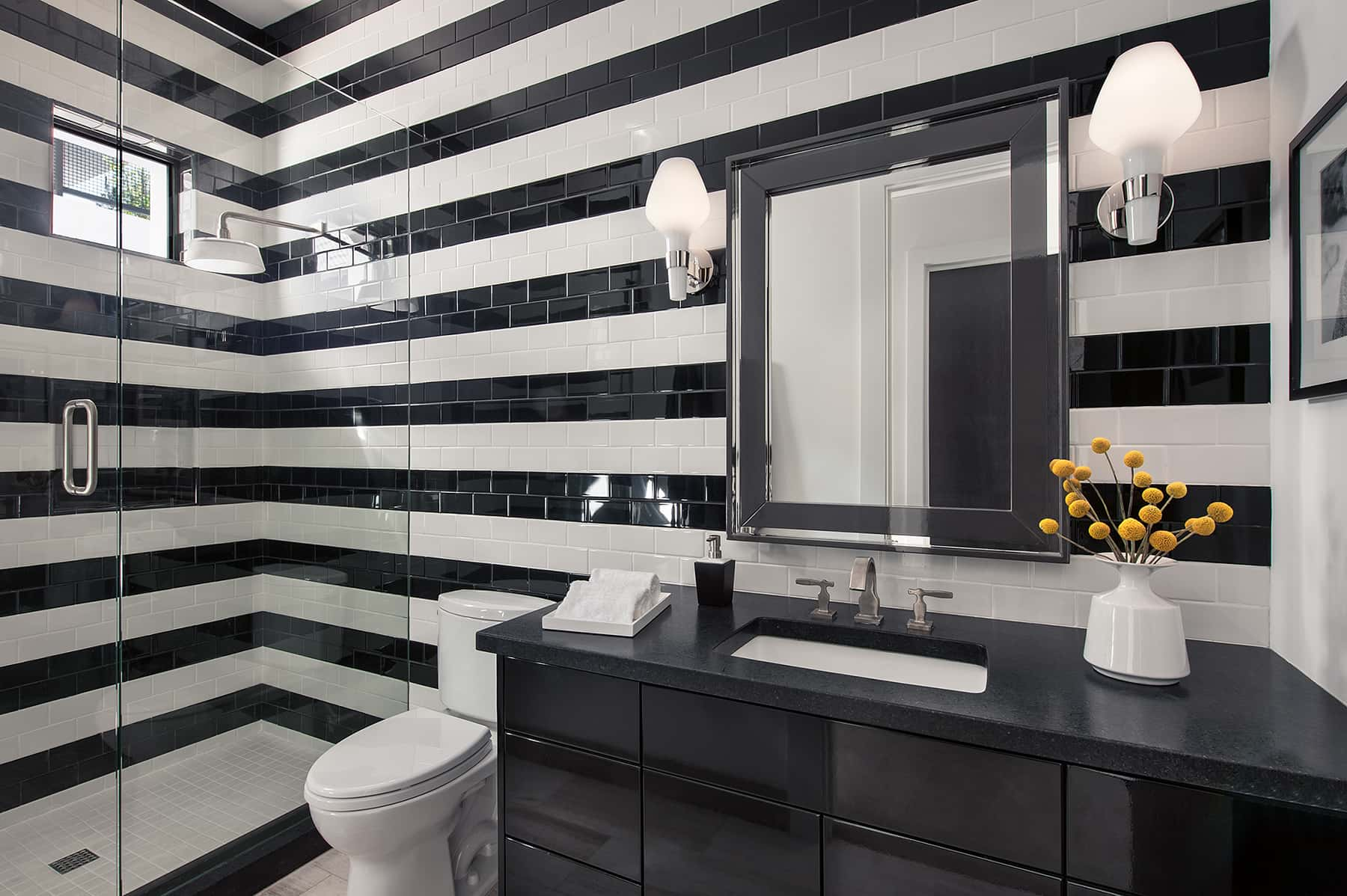 Eye-Catching Black And White Colored Bathroom